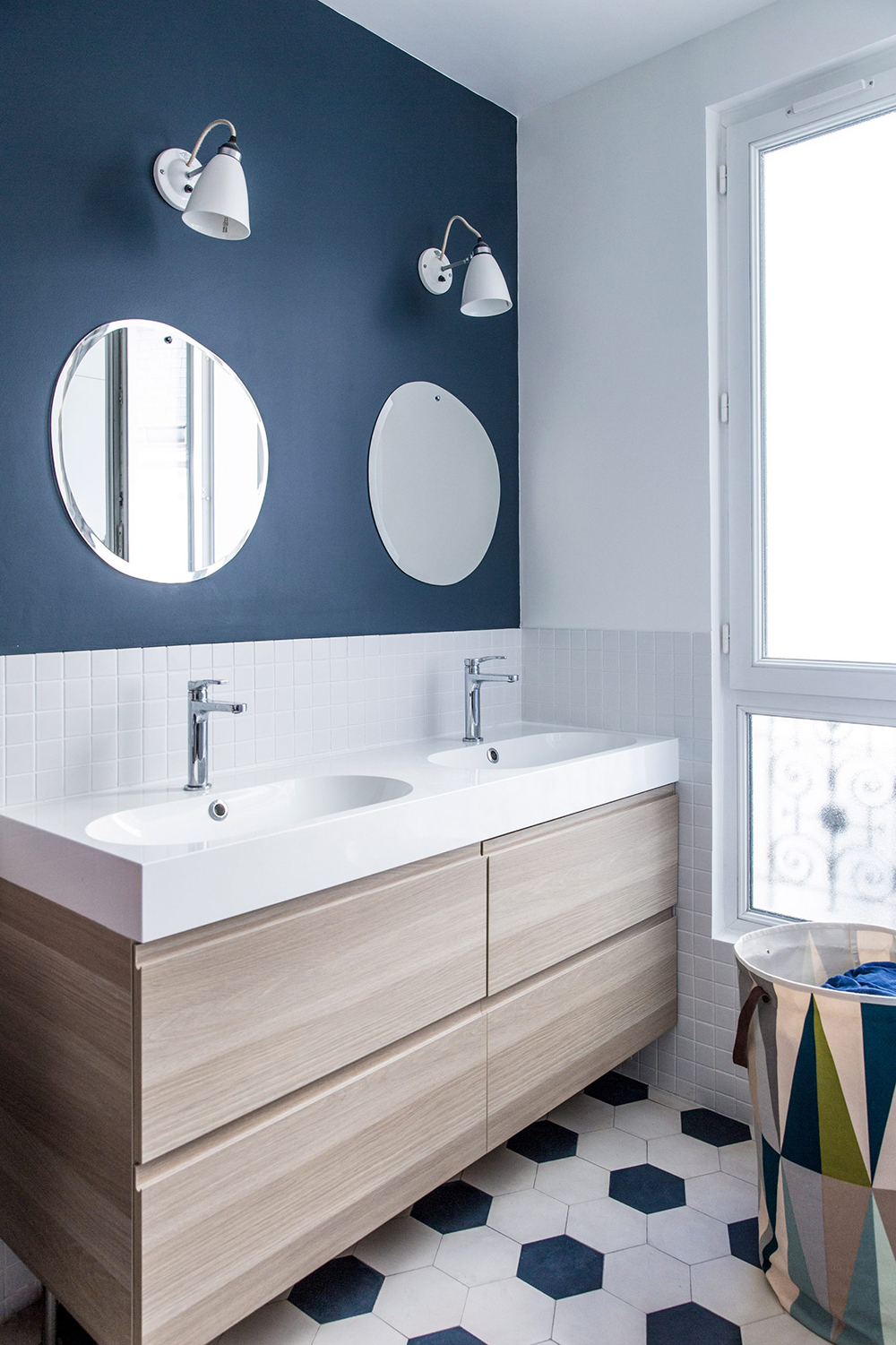The shades of blue, white and wooden surfaces are creating a perfect harmony in this bathroom - 35 ideas for blue wall colour in home decoration | Aliz's Wonderland