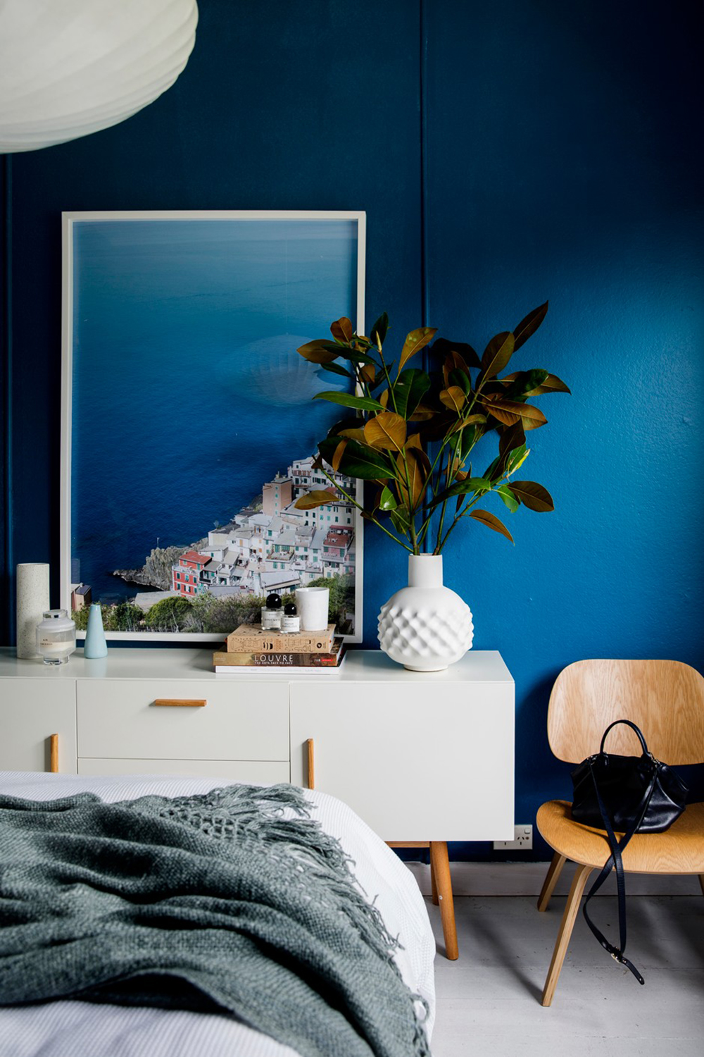 Deep sea blue bedroom looks good with white, wood and natural light - 35 ideas for blue wall colour in home decoration | Aliz's Wonderland