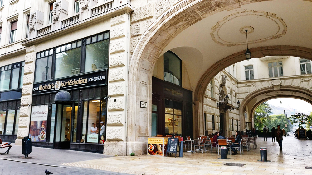 Molnár's Kürtőskalács - A local's guide to the best chimney cakes in Budapest, Hungary | Aliz's Wonderland #travel #Budapest #foodguide #chimneycake # Hungary