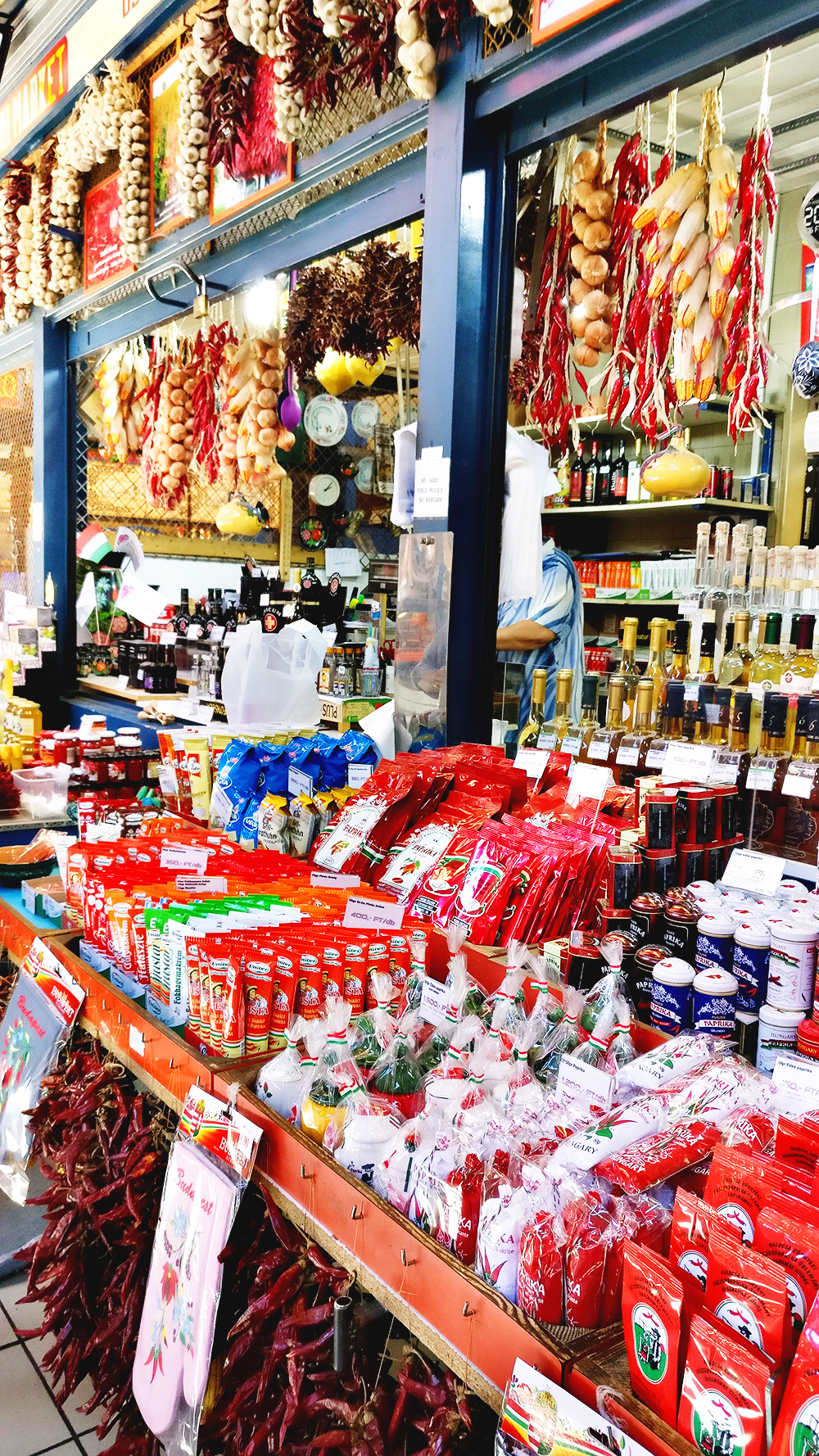 Discover the Great Market Hall and buy some paprika as a souvenir - Budapest bucket list - Top things to do in Budapest | Aliz's Wonderland #travel #Budapest #bucketlist #Budapestbucketlist #printable