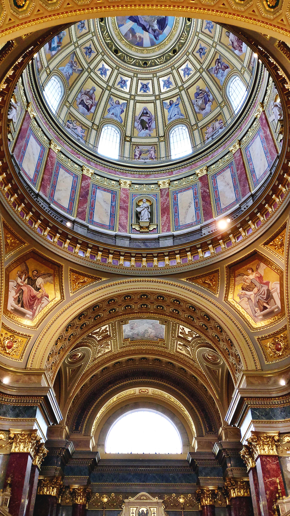 Visit St. Stephen's Basilica - Budapest bucket list - Top things to do in Budapest | Aliz's Wonderland #travel #Budapest #bucketlist #Budapestbucketlist #printable