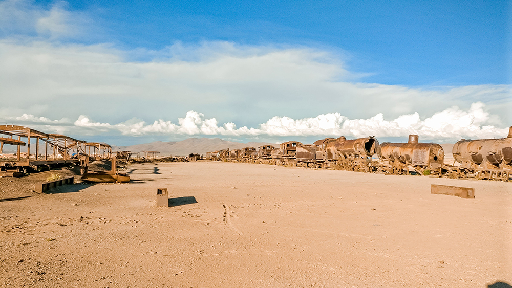 Cementerio de Trenes (Uyuni Train Cemetery) - How to pick the best Uyuni Salt Flats tour to Bolivia? | Aliz's Wonderland