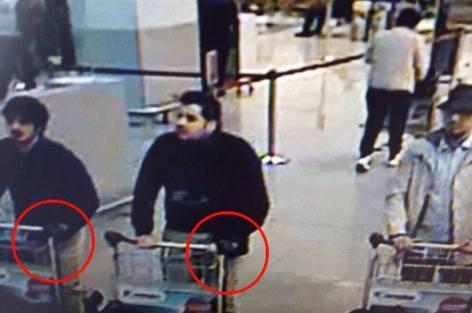 كاميرات المراقبة بمطار بروكسيل العاصمة ترصد شخصين بلحية يعتقد أنهما منفذا الإعتداء الإرهابي