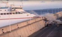 """بسبب أحوال الطقس السيئة باخرة """"ارماس"""" تصطدم برصيف الميناء +فيديو"""