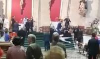 """الشرطة الإسبانية توقف شابا مغربيا اقتحم عرسا كاثوليكيا وبدأ بالصراخ """"الله أكبر""""+فيديو"""