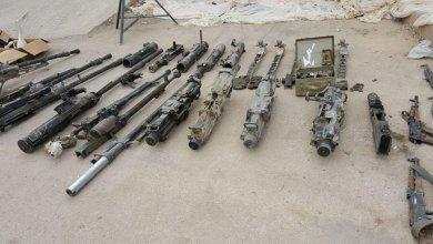 """Photo of العثور على أسلحة وأجهزة اتصالات أمريكية من مخلفات تنظيم """"داعش"""" في البوكمال"""