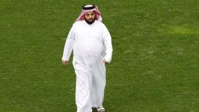 """Photo of """" شيخ سعودي """" يحرد من مصر ويسحب استثماراته بعد أن شتمه جمهور الأهلي"""