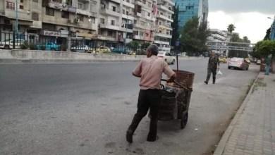 """Photo of """"أبو علاء"""" عامل نظافة أخذت شوارع اللاذقية من قدميه شقفة"""