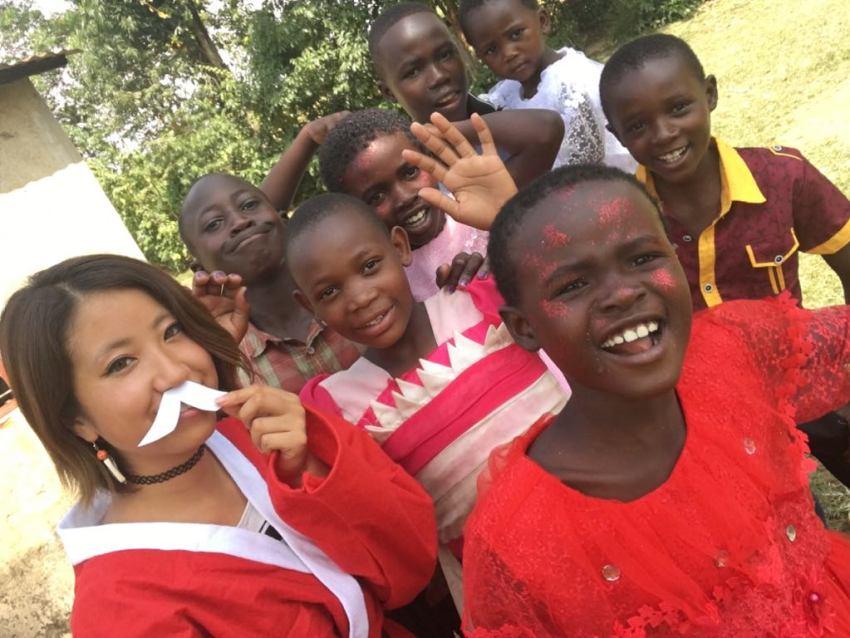 ケニアの農村にいるりさこと子供たち