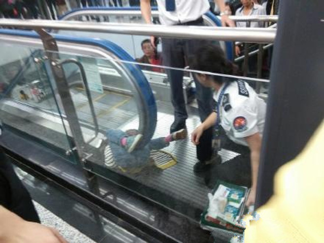 Horrifying accident of a 4-year-old boy in an Escalator in China