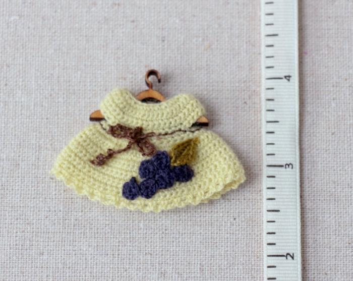 Миниатюрное вязаное платьице