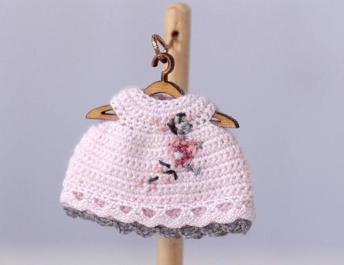 Миниатюрное вязаное крючком розовое платье для куклы