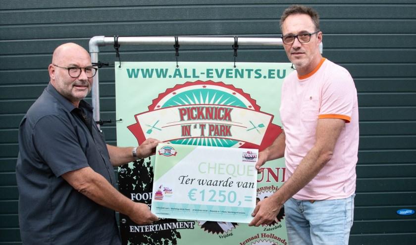 Cor Dorst van Stichting All-events overhandigd een Cheque ter waarde van €1250 aan Peter van de Herik, voorzitter van Stichting Altijd Feest