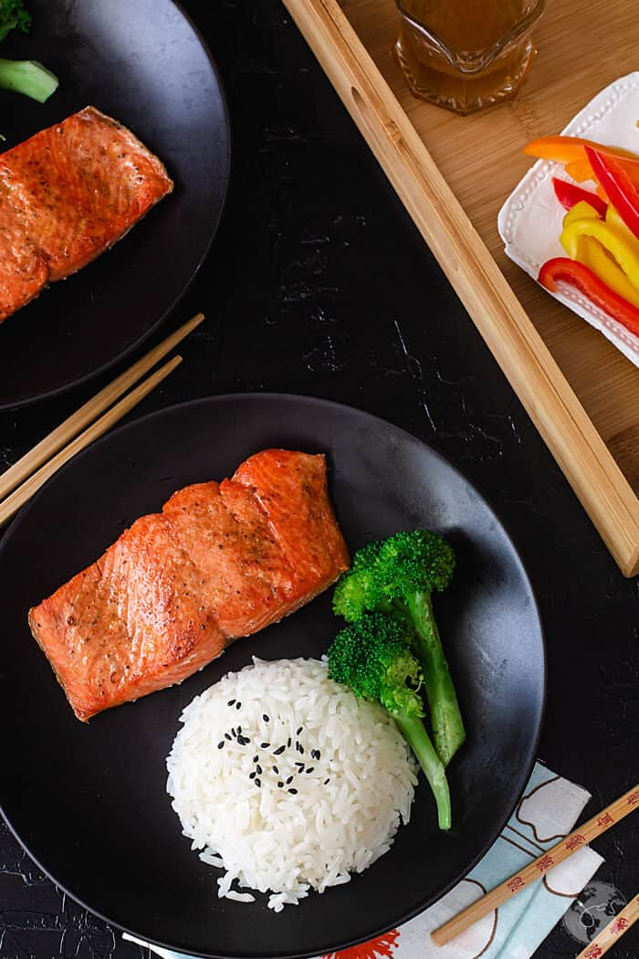 Super simple and quick to make, these Chinese-style salmon filets are incredibly delicious.