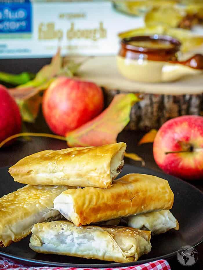 Apple filling with cinnamon and cardamom in crispy fillo rolls.