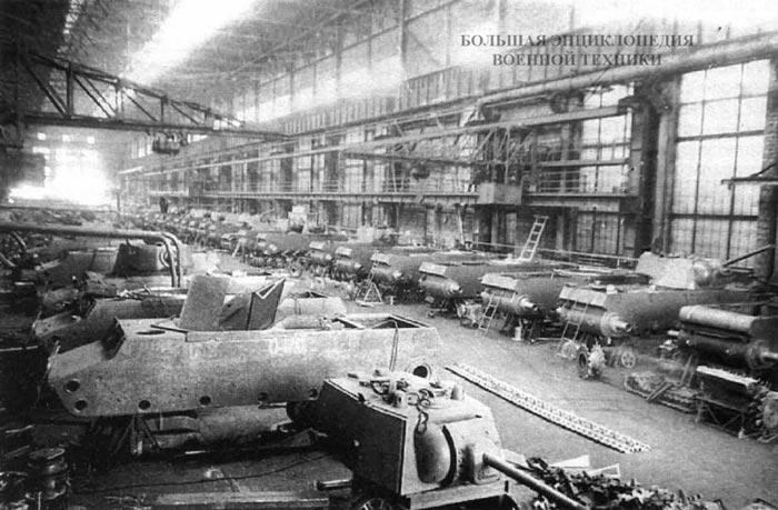 Сборочный цех танков КВ-1 на Челябинском Кировском заводе. Весна 1942 года. Хорошо видно, что большая часть корпусов имеет упрощенную кормовую часть корпуса — прямой броневой лист вместо гнутого.