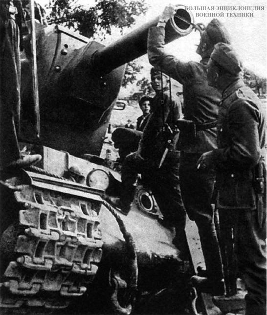 Немецкие солдаты измеряют калибр орудия танка КВ-2