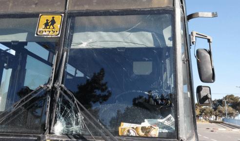 נזק לאוטובוס בפיגוע אבנים סמוך לחיזמא