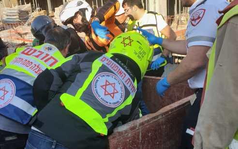 פועל נפצע קשה כתוצאה מנפילה מפיגום באתר בניה בחיפה