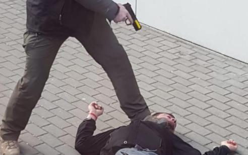 דרמה בפולין: 2 שיכורים ניסו לחדור לאוטובוס של משלחת תלמידים לפולין ואחד מהם שלף סכין – המאבטח ירה בו