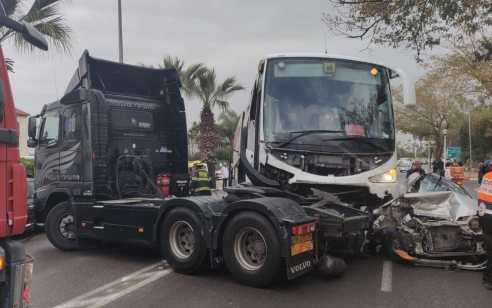 ארבעה נפגעים בהם קשה בתאונה עם מעורבות מספר כלי רכב, אוטובוס ומשאית בנהריה