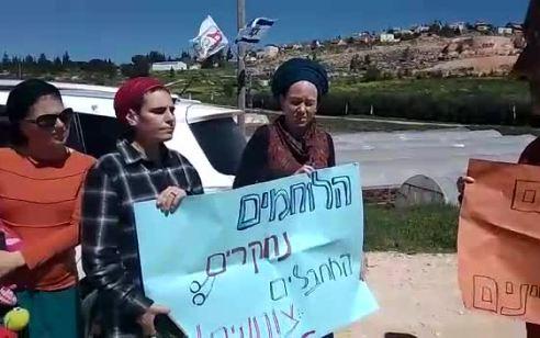 """נשות גוש שילה הפגינו מול נתניהו: """"לא נסכים לחקירת רכזי הביטחון וכיתות הכוננות"""" – המשטרה פיזרה את ההפגנה"""