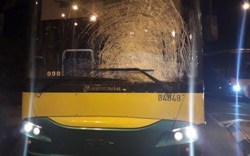 הטרור השקט: נזק לאוטובוס בפיגוע אבנים סמוך לחיזמא
