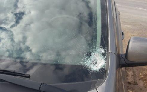 טרור האבנים: נזק לשימשת רכב סמוך לתקוע – צפו בדברי הנהגת שניצלה