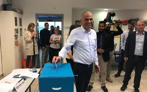 """בחירות 2019   כחלון הצביע כעת בבית הספר היסודי הריאלי בחיפה: """"לכו להצביע, תשפיעו. ארבע שנים תוכלו להנות מההצבעה שלכם"""""""