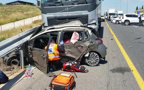 אב ובתו ושניים נוספים נפצעו בתאונה עם מעורבות שלושה כלי רכב ומשאית בכביש 6