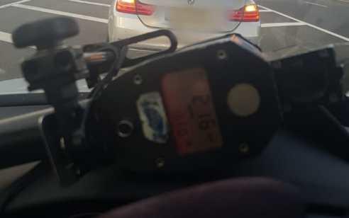 """טס בכביש: נהג בן 22 נתפס נוהג במהירות 216 קמ""""ש בכביש 6"""