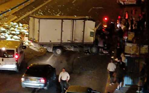 שלושה פצועים, בהם אחד במצב קשה, בתאונה בין משאית לאוטובוס בכביש 4 סמוך לגבעת שמואל