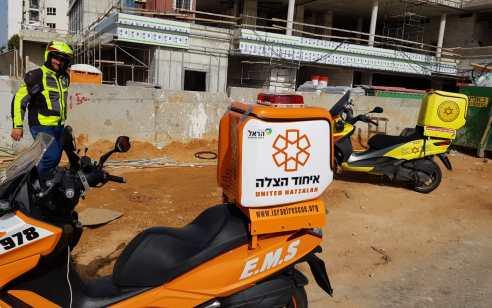 ראשון לציון: פועל נפל מפיגום באתר בניה ונפצע באורח בינוני