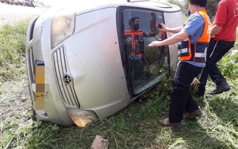 נהגת רכב נפצעה בינוני בהתהפכות רכבה סמוך לצומת מחולה