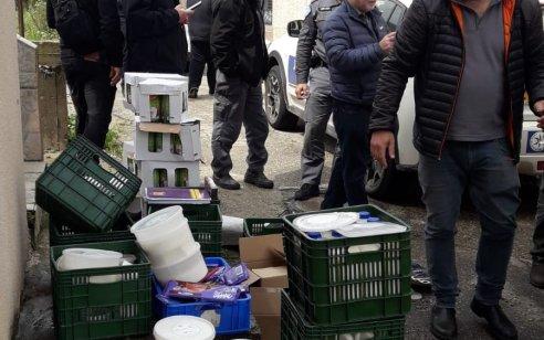 סיכון הציבור והעלמת הכנסות: נתפסה מחלבה באזור חיפה אשר זייפה ושיווקה מוצרי חלב פגי תוקף – הבעלים נעצרו