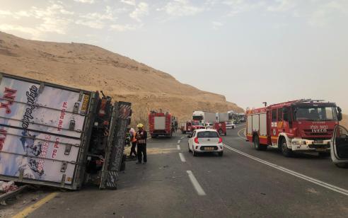 נהג משאית נפצע קשה בהתהפכות בצומת הערבה