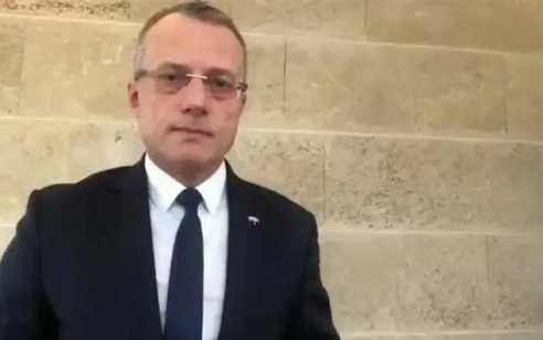גבר בן 65 נעצר לאחר שירק לעבר שגריר פולין בישראל – ראש ממשלת פולין גינה את התקיפה