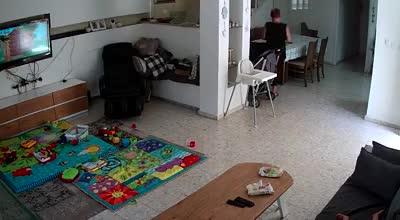 נעצרה גננת שתועדה מתעללת בפעוט בבית באזור נס ציונה - צפו בתיעוד