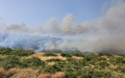 ארבע צוותי כיבוי פועלים בשריפת קוצים בצלע ההר לכיוון הכפר מראר