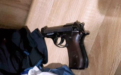 רמלה: בלשי המשטרה עצרו חשוד שבביתו נתפס אקדח
