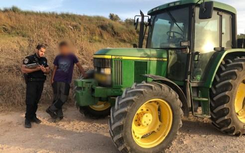 נעצר נער בן 16 נוהג על טרקטור ללא רשיון