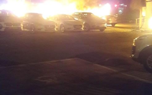 נשר: עשרה רכבים עלו באש במגרש של מכוניות – אין נפגעים