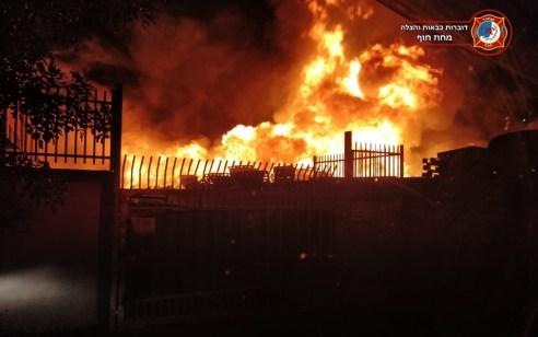שמונה צוותי כיבוי פעלו בשריפת בית עסק למשטחי עץ במפרץ חיפה – אין נפגעים