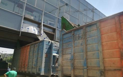צפו: משאית פגעה בגשר קניון רמות בירושלים – הנהג עוכב לחקירה