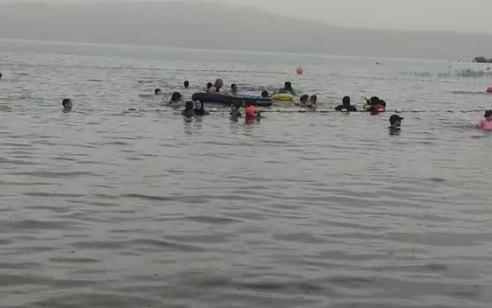 באמצע הקיץ: גשם בחוף כפר הנופש עין גב – הנופשים נשארו ונהנו במים