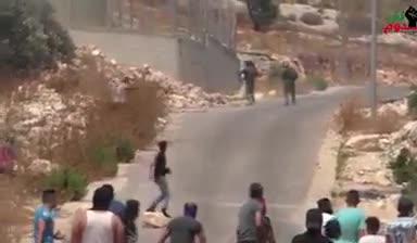 סרטון מטריד: 2 לוחמי צה״ל נראים נמלטים מהמון ערבי שמשליך לעברם אבנים