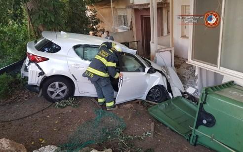 נהגת מחיפה איבדה שליטה על רכבה, פגעה ברכב וסטתה לחצר של בניין סמוך – אין לכודים במקום