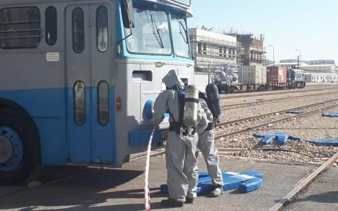 רק תרגיל: רכבת ישראל הובילה תרגיל המדמה דליפת חומרים מסוכנים בעקבות פריצת אוטובוס למחסום כביש מסילה בלוד