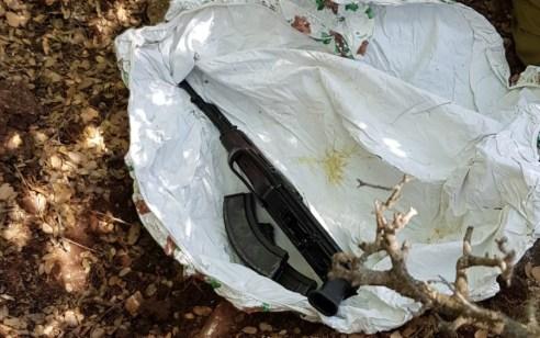 """בשטח פתוח סמוך לעראבה נתפסו רובה קלצ'ניקוב, תת מקלע """"קרל גוסטב"""", רימוני הלם, תחמושת רבה וסם מסוכן"""