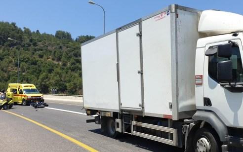 רוכב אופנוע כבן 50 נפגע ממשאית בכביש 89 – מצבו קשה